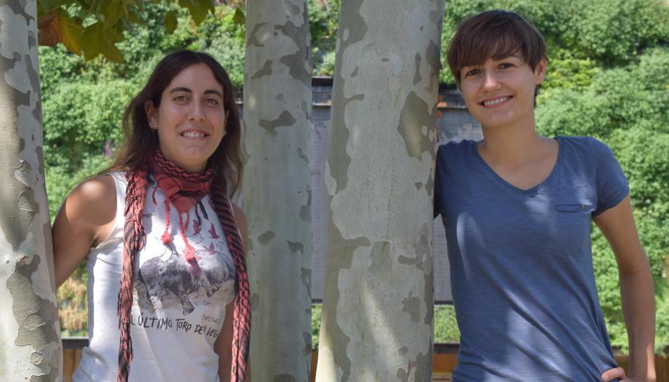 L'Elisa Suárez i la Mercè Azcona treballant a l'únic restaurant vegà de la ciutat, El Vergel.
