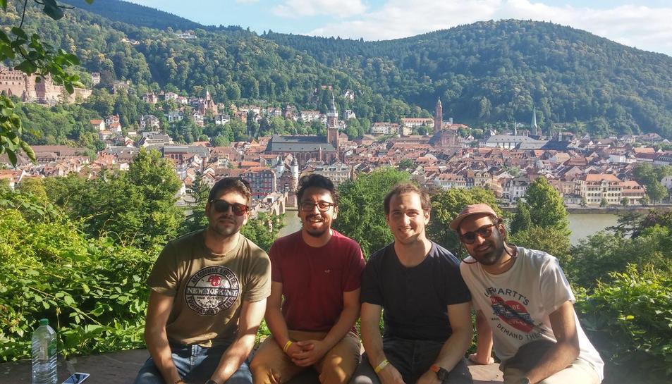 González, el segon començant per l'esquerra, amb uns amics en un viatge a Heidelberg.