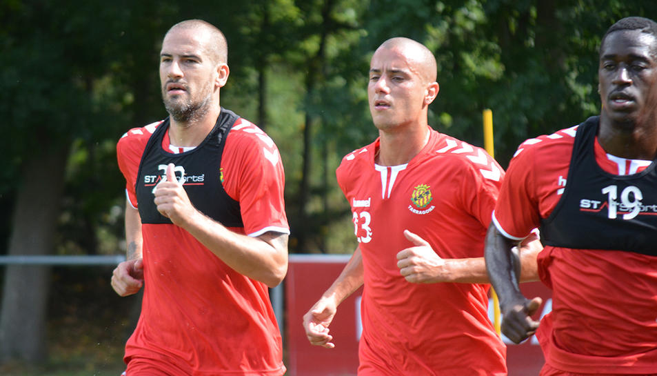 Sergio Tejera, a la dreta, amb Albert Lopo, que entrena a prova, en l'estada de pretemporada a Olot.
