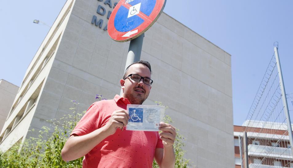 Manuel Moreno amb la tergeta que identifica el seu vehicle com adaptat