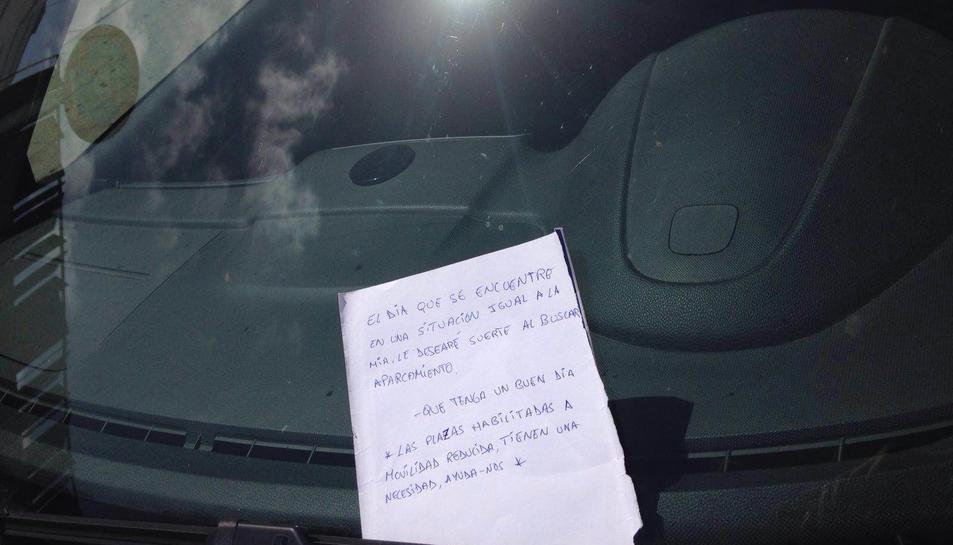 El jove de Bonavista va deixar dissabte aquesta nota al parabrisa d'un cotxe mal aparcat en una plaça reservada.