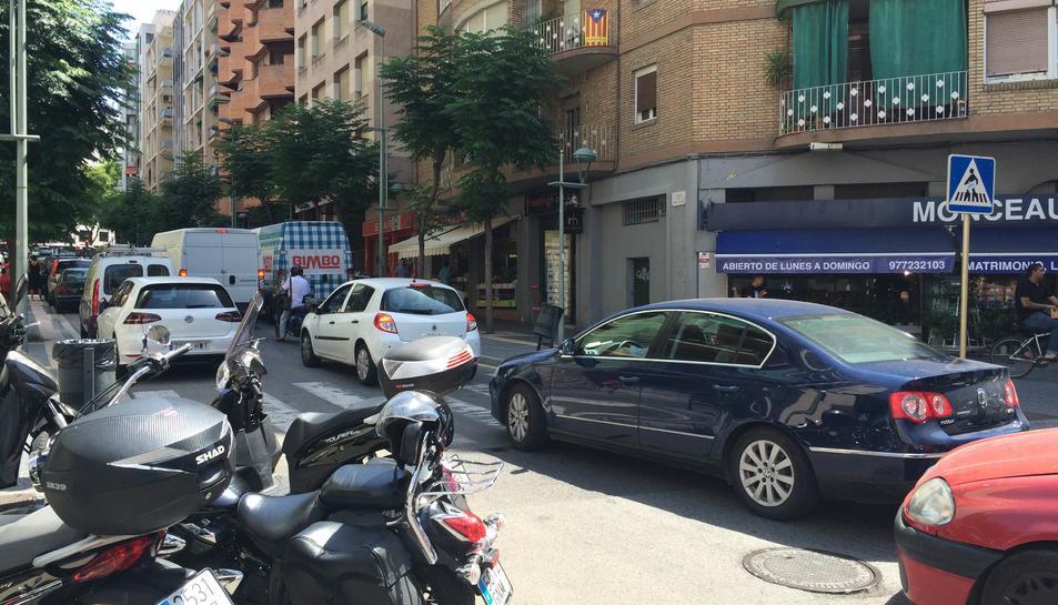 Imatge del carrer Pare Palau ahir al matí, amb un pas molt elevat de vehicles.