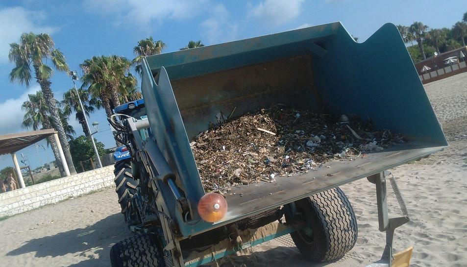 Material recollit a una de les platges de Tarragona a primera hora del matí.