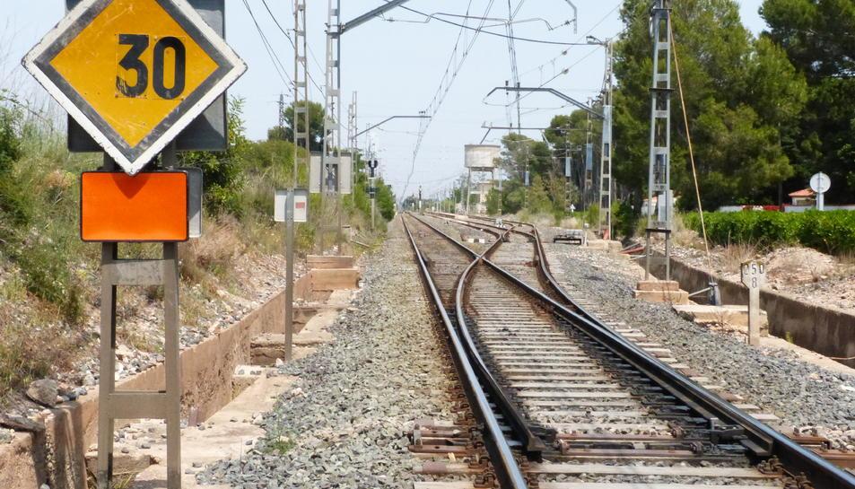 Imatge d'arxiu d'unes vies de tren a les Terres de l'Ebre