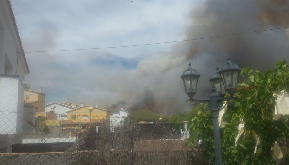 Evaquen veïns de la urbanització El Castell per l'incendi de la Pobla de Montornès
