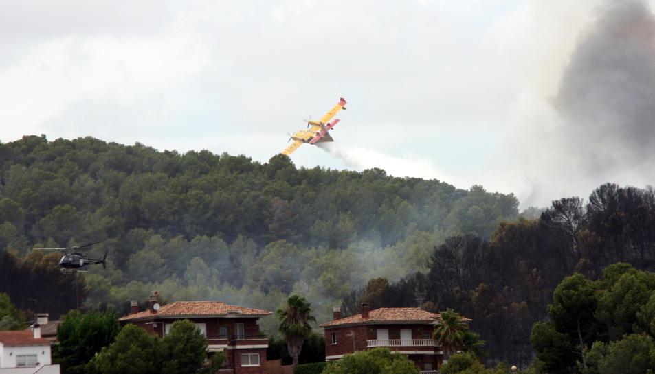 Un hidroavió sobrevola l'incendi de la Pobla de Montornès el 5 d'agost del 2016