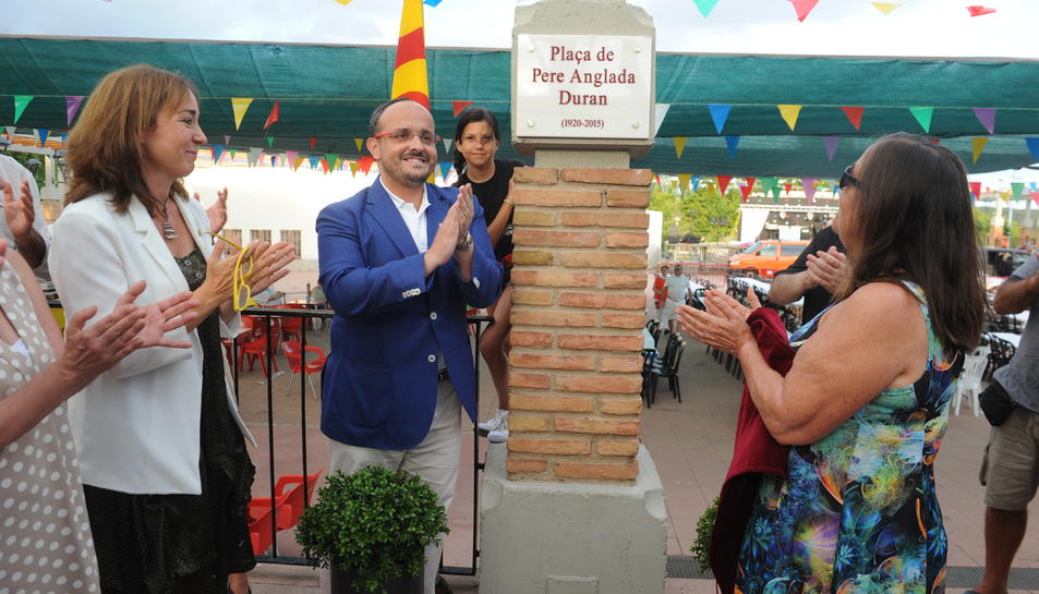 Imatge de la inauguració de la placa que dóna el nom de Pere Anglada a la plaça.
