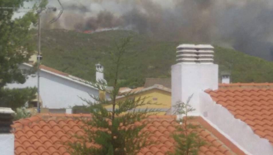 Evacuen veïns de la urbanització El Castell per l'incendi de la Pobla de Montornès