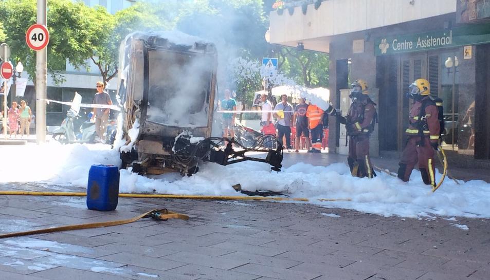 Una burilla provoca un incendi en un vehicle de neteja