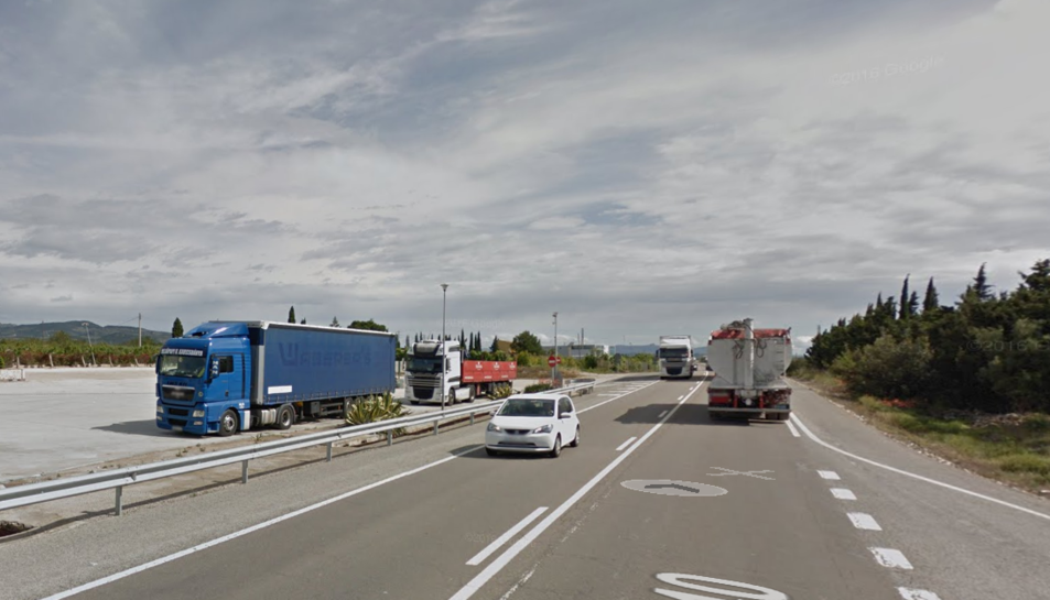 Tres ferits menys greus en un xoc entre un cotxe i un camió a l'N-340 al Perelló
