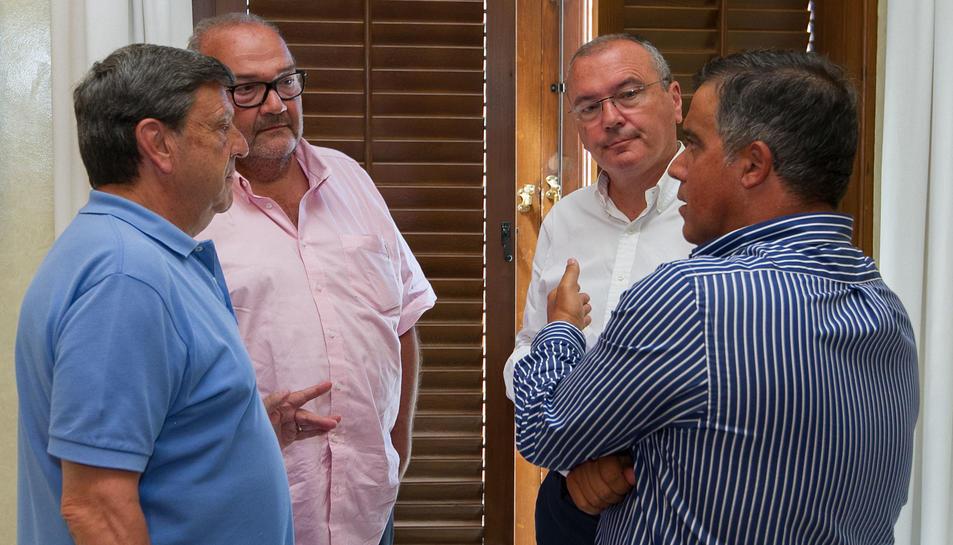 Xavier Llastarri, Joan Oliver, Carles Pellicer i Jordi Cervera, ahir en la reunió al palau municipal.