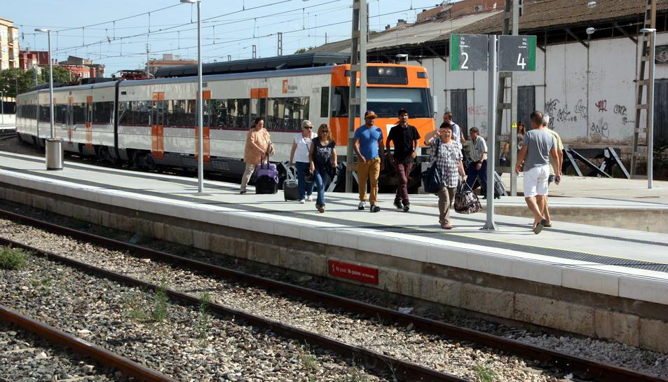 Els passatgers baixant del tren previst d'arribar a Tortosa a les 17.25 hores a l'andana de l'estació.