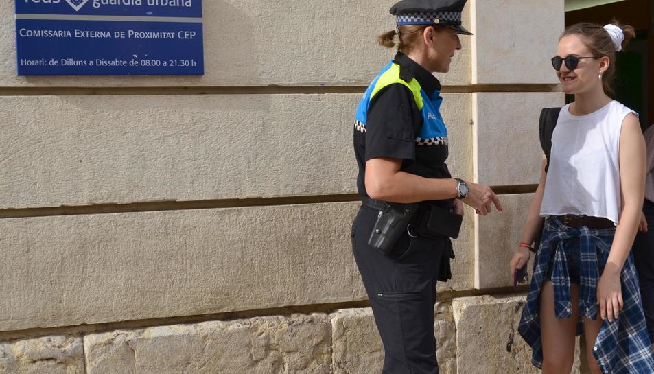 La policia atèn les persones que ho necessiten.