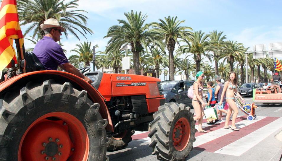 Tractorada a Reus per reclamar que els tractors puguin circular per les vies ràpides durant la collita