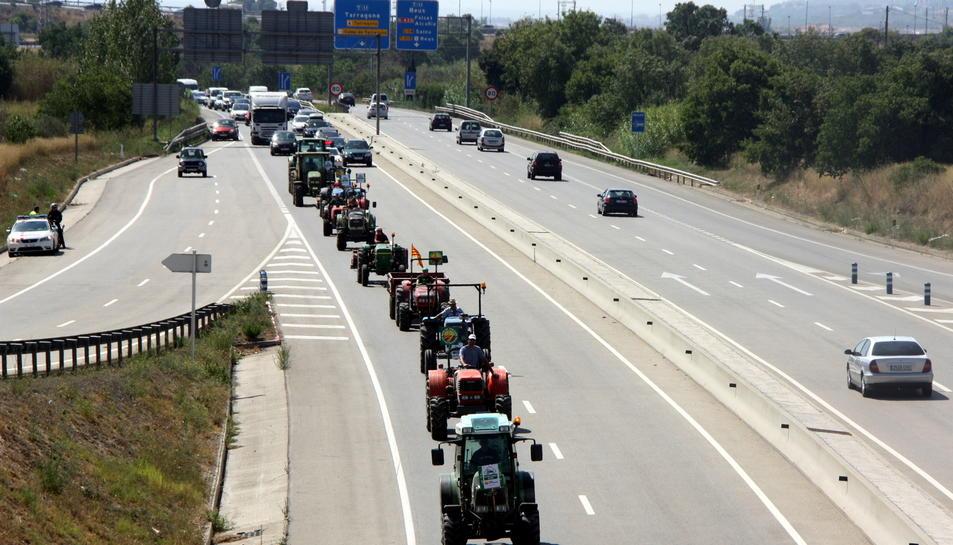 Pla general de la marxa de tractors circulant per la C-14 a Reus el 13 d'agost del 2016