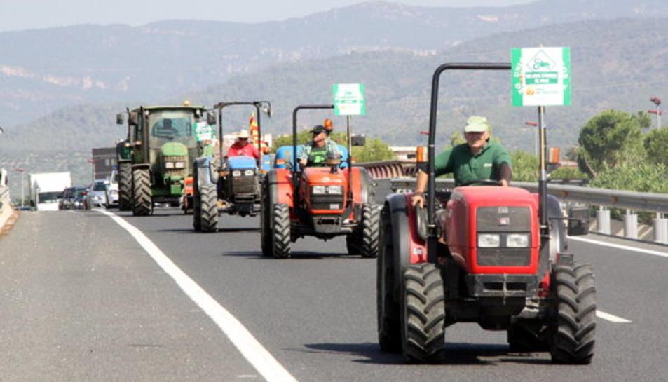 Els pagesos col·lapsen la T-11, la C-14 i el centre de Reus per exigir la circulació dels tractors per les vies ràpides