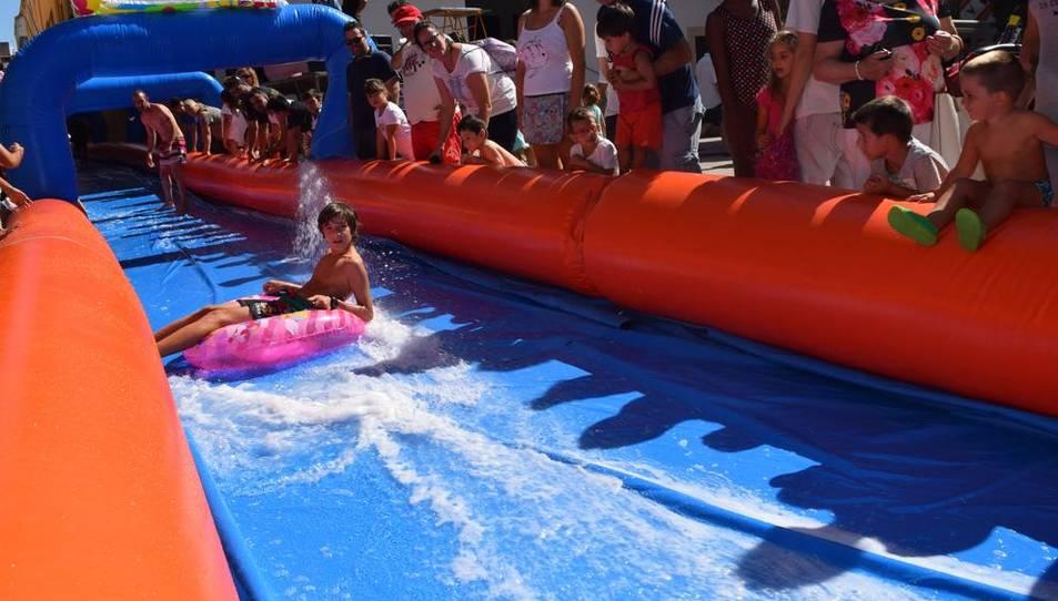 El primer tobogan aquàtic, organitzatper la Colla dels Xiquets de Tarragona, a la ciutat, ha arrencat amb forçaexpectació i participació ciutadana malgratque l'activitat ha presentat alguns problemes logístics.