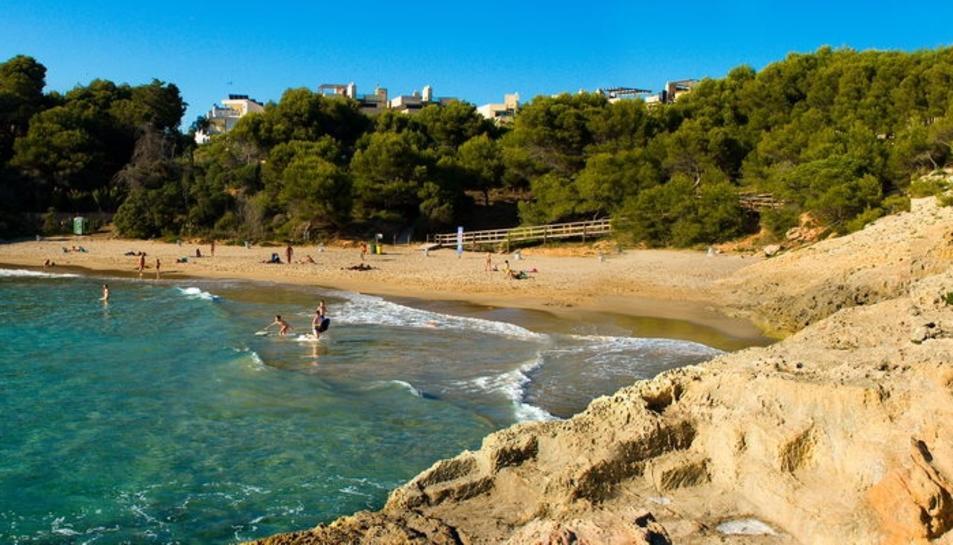 Un jove de 24 anys resulta ferit greu en saltar al mar i topar contra unes roques a Torredembarra