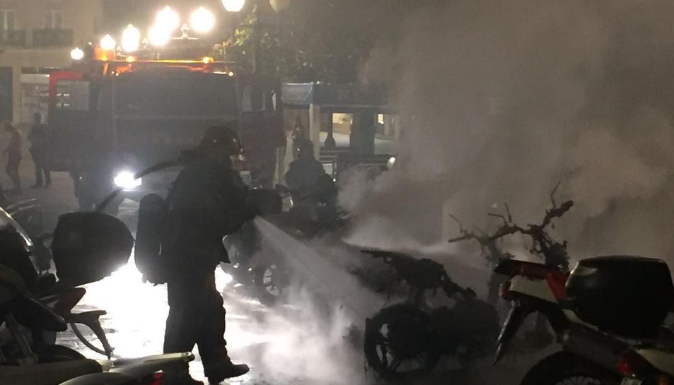 Cremen tres motos i set més queden afectades, al costat de plaça Verdaguer