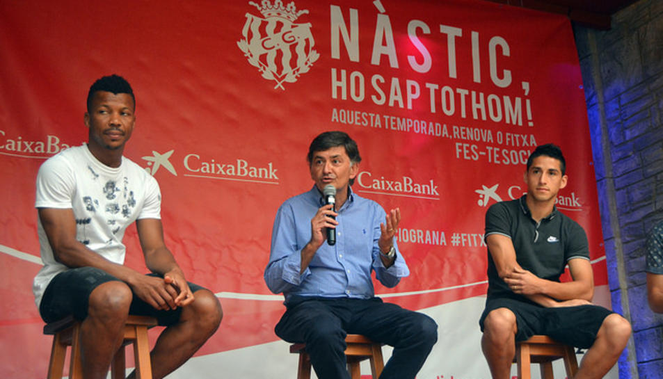 Andreu, amb els dos jugadors, durant la presentació.