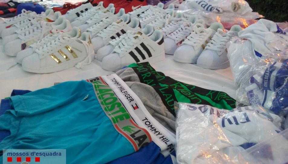 S'intervenen 1.200 articles falsificats al mercat d'artesans de Roda de Berà