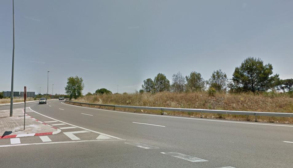 Un conductor ebri continua circulant amb el cotxe destrossat