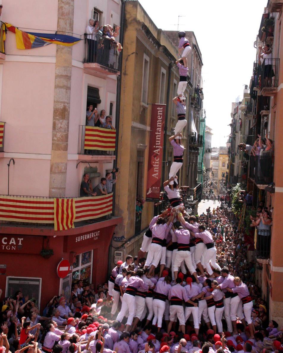 Pilar de 8 amb folre i manilles de la Colla Jove de Tarragona.