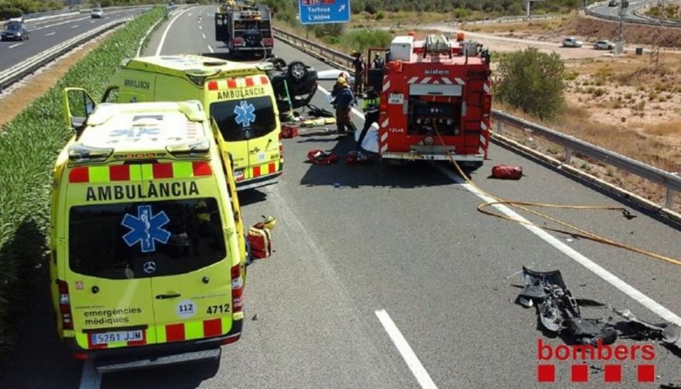 Dues víctimes mortals i set ferits de diversa consideració en un accident a l'AP-7 a l'Aldea