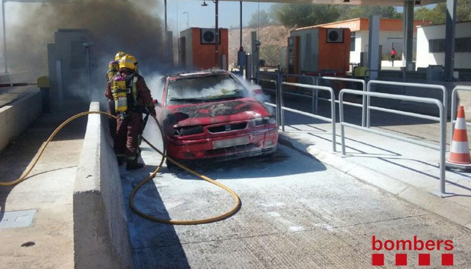 S'incendia un vehicle al peatge de l'AP-7 a l'Ampolla