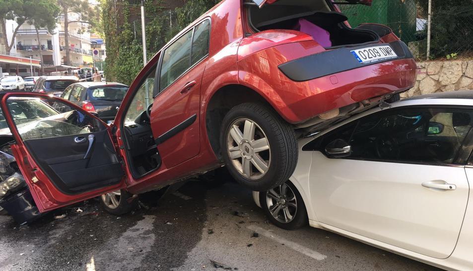 Un conductor provoca un accident en fugir de la policia