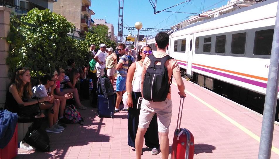 Una avaria obliga a aturar durant 1 hora i 45 minuts un tren de l'R16 a l'Ampolla amb 200 passatgers a bord