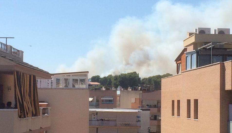 Es demana el confinament dels veïns de Mas Mel a Calafell per la proximitat d'un incendi forestal
