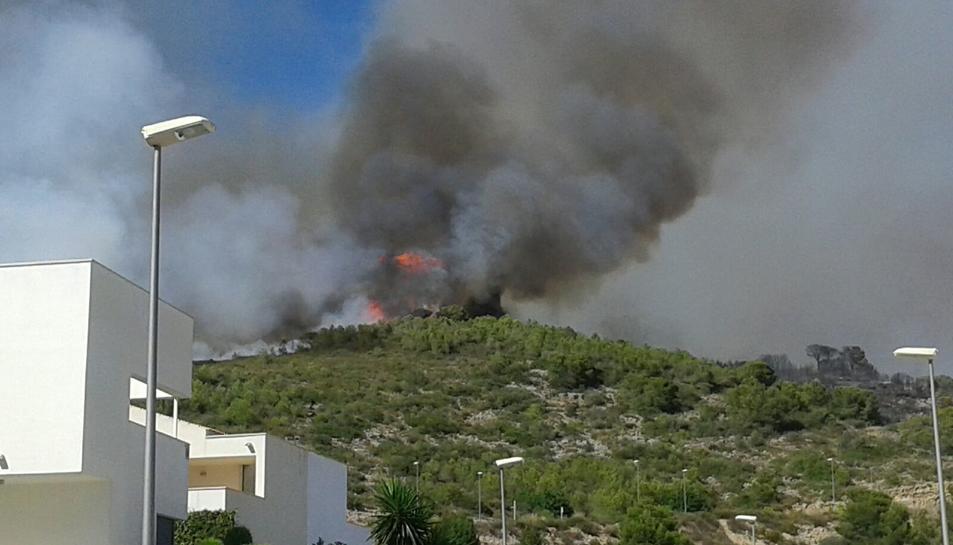 Un incendi forestal a Calafell crema pròxim als habitatges de Mas Mel