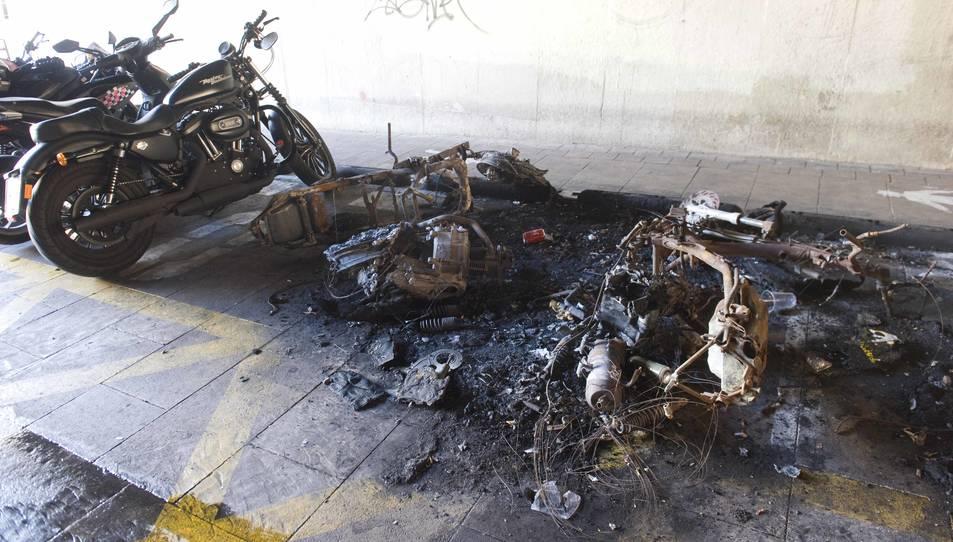 Les motos que van cremar encara segueixen al carrer