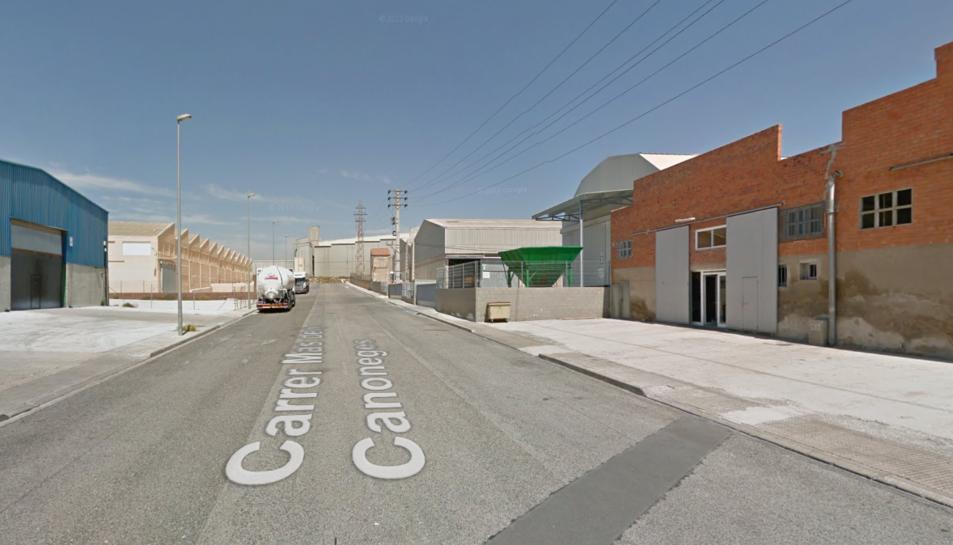 Desallotgen un magatzem al polígon Entrevies per una deflagració de productes químics