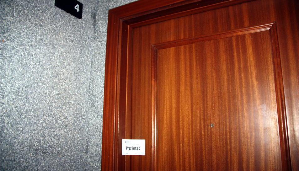 Pla mig de la porta número 4 i del precinte policial, en un habitatge de Salou, el 23 d'agost del 2016