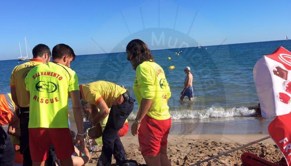 Reanimen una persona amb una aturada cardiorespiratòria a la platja