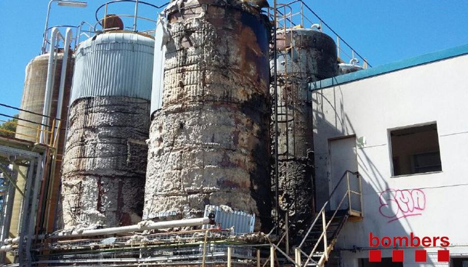 S'incendien les sitges d'oli d'una nau abandona del polígon Agro-Reus