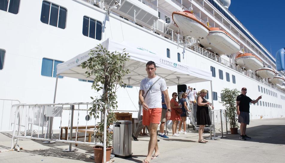 Els visitants, sobretot nord-americans, van arribar al matí i van marxar vora les 7 de la tarda.