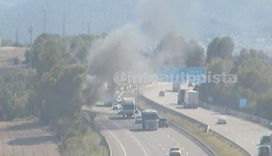 Una furgoneta s'incendia a l'AP-7 a Banyeres del Penedès i provoca fins a un quilòmetre de retencions