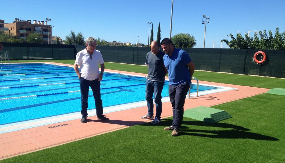 D'esquerra a dreta, Eduard Rovira, Vale Pino i Raúl García, a la piscina.