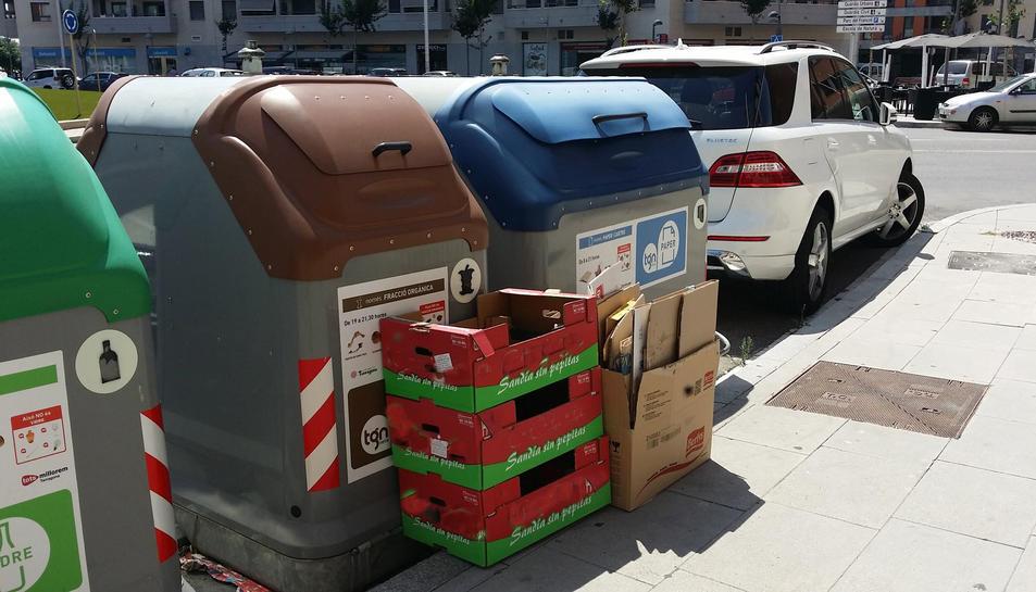 Multen 30 comerços per deixar la brossa fora dels contenidors