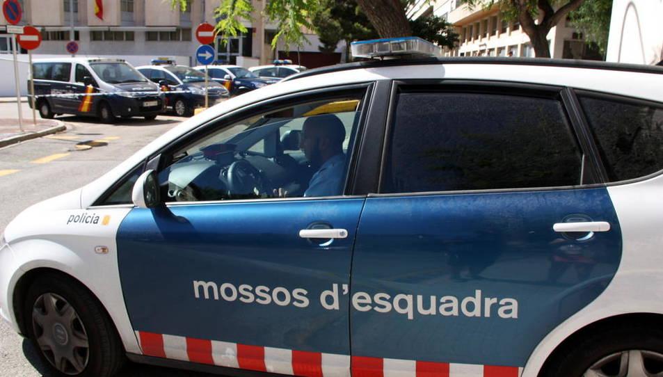Pla obert del vehicle dels Mossos que ha traslladat l'acusat de l'homicidi d'una a Salou, sortint de l'Audiència de Tarragona, el 26 d'agost del 2016