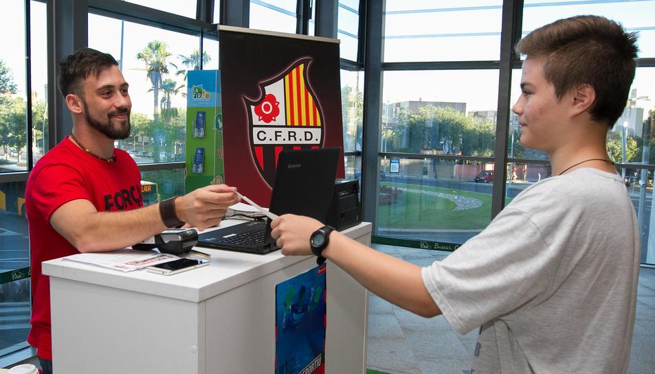 Un dels responsables de vendre entrades a l'estand del Centre Comercial La Fira.