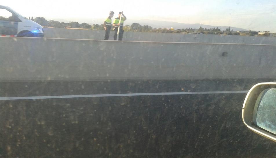 Una nena morta i dues ferides greus en un accident entre un camió i dos turismes a l'A-7