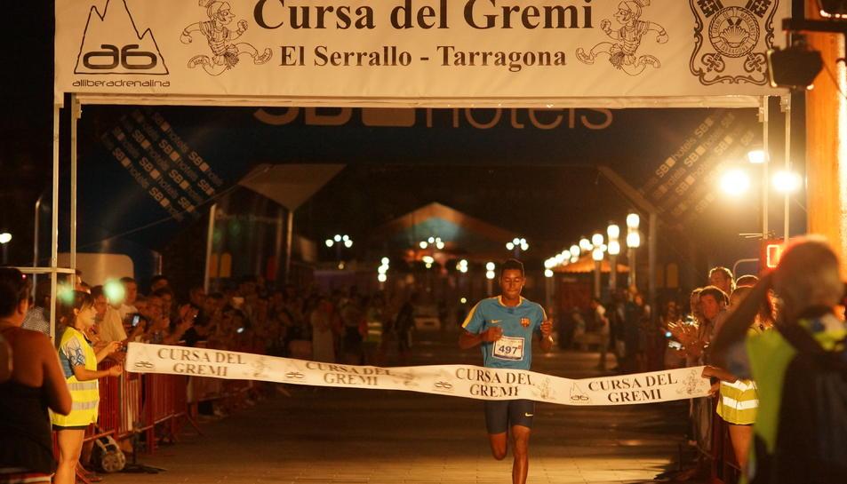 Un dels participants, creuant la meta.