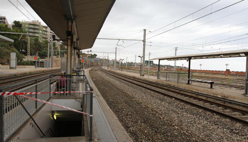 ADIF retira la via 4 per tal d'iniciar l'ampliació a l'andana de l'estació