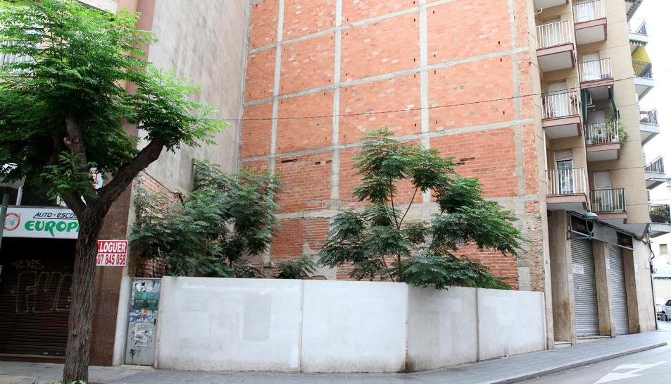 El solar en qüestió es troba a al cantonada del carrer Sant Antoni Maria Claret i Estanislau Figueres.