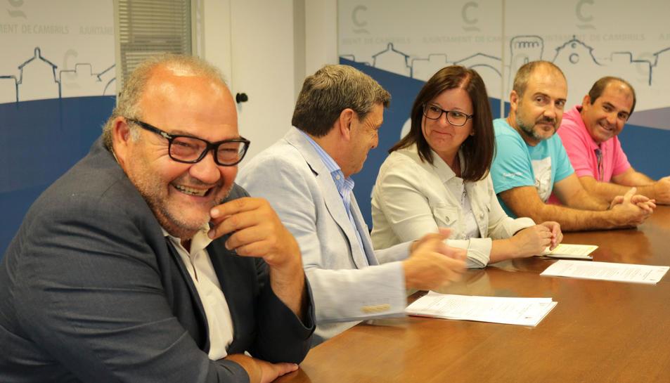 Imatge distesa dels firmants del conveni entre ajuntament i club.
