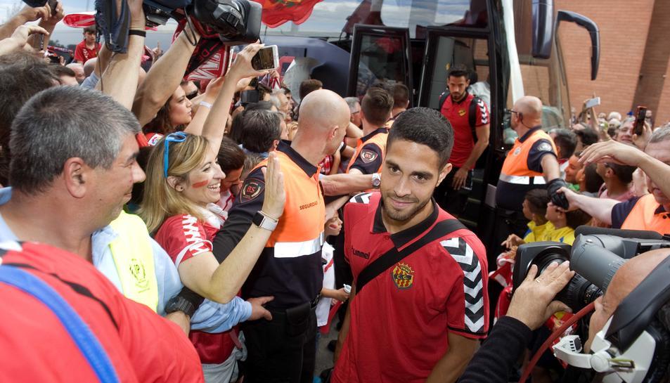 Carlos García, durant la rebuda de l'afició als jugadors la passada temporada en el duel contra l'Alabès.